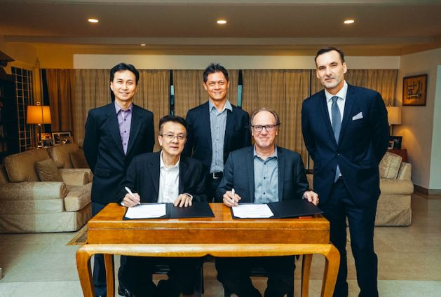 Signature of the agreement at the Ambassador's office in Singapore.  Left to right : Mr. Bryan Chew, Mr. Soh Kheng Peng, Mr. Gerry Ong, Mr. Peter Bonne, H.E. Andy Detaille.